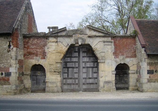 LE PORTAIL MULTISECULAIRE DU MANOIR du XVè s. Classé Monument Historique.