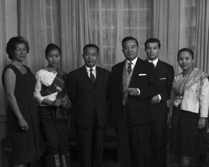 LONDRES AMBASSADE ROYALE  1963. FIANCAILLES DU Pce MANGKRA : MÔM ALINE, S.A.R LA Pcesse OUANNA, S.A.R. LE Pce SOUPHANTHARANGSI, FRERE ET AMBASSADEUR DU ROI, S.A LE Pce SOUVANNA PHOUMA PREMIER MINISTRE, LE FIANCE et S.A.R LA Pcesse SOUPHANTHARANGSI.
