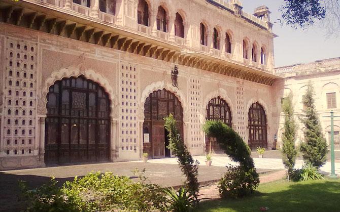 DARBAR HALL MUSEUM. Une restauration remarquable. Le Maharajah YADAVINDRA SINGH fut le premier à signer ici son ralliement à l'Union Indienne.