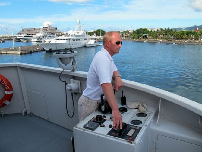 LE CAPITAINE Steve BREEN. qui commandait le GOLDEN SHADOW depuis 2007 vit à présent dans le Midi  avec son épouse et ses 2 filles. Sur sa gauche on voit GOLDEN ODISSEY à quai avec  GOLDEN OSPREY ..C.* www.livingoceansfoundation.org / a-live-at-sea /