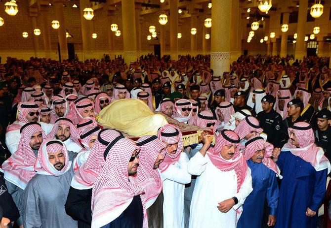 24 Janvier 2015. LE PRINCE MUTAIB porte le corps du Roi ABDALLAH  Son Père