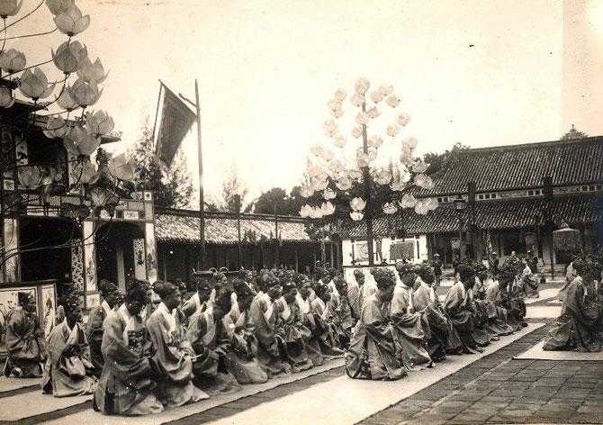 SEPTEMBRE 1924. LES MANDARINS AGENOUILLES pour le quarantenaire.de l'Empereur KHAI DINH. Né le 8 Oct. 1885 il mourut de tuberculose le 25 Nov. 1925 au Palais Kien Trung. . IL fut reconnu roi seulement le 18 Mai 1916 du temps de l'administration française.