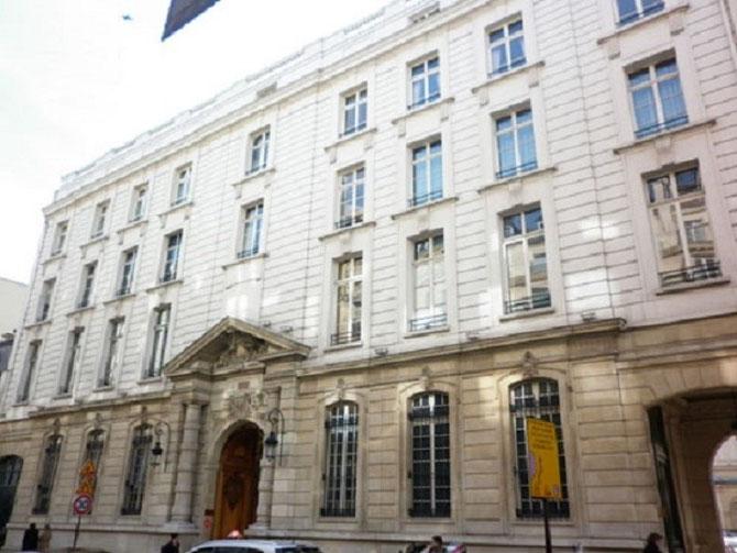 La façade donnant sur la RUE FAUBOURG SAINT HONORE. Les 3 étages ont été surmontés en 1928.