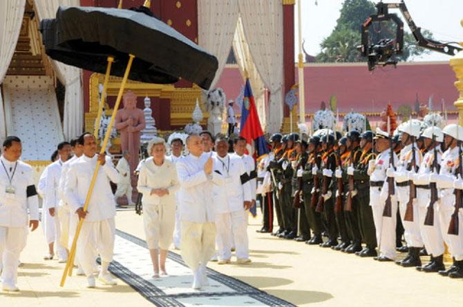 Vendredi 1er Février 2013 . Sa Majesté la Reine-Mère et Sa Majesté le Roi quittent le Crématorium où le cercueil du Roi vient d'être déposé.