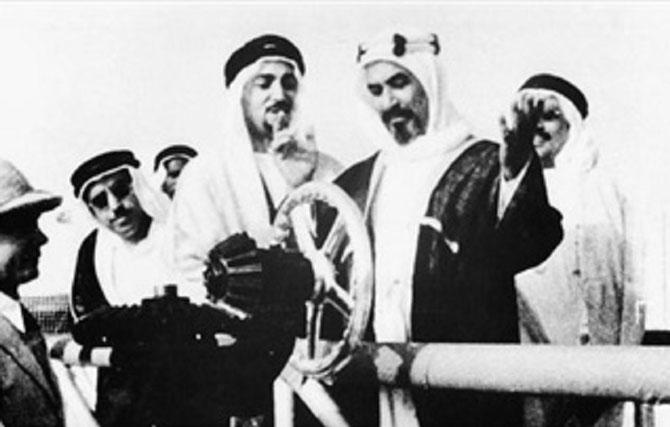 30 JUIN 1946. LE SHEIKH AHMAD AL JABER AL SABAH OUVRE LA VANNE EN ARGENT LIBERANT L'OR NOIR