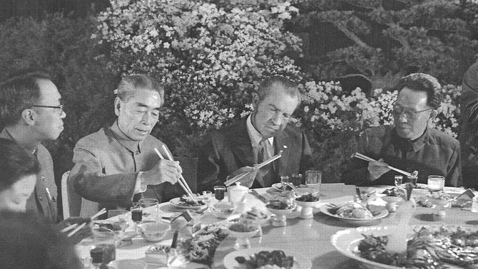 """27  Fév. 1972. AGAPES  à  L'ISSUE DU FAMEUX """"COMMUNIQUE DE  SHANGHAI"""". A gauche BIBI et X....: les dames  étaient invitées à table mais effacées des photos. officielles...."""