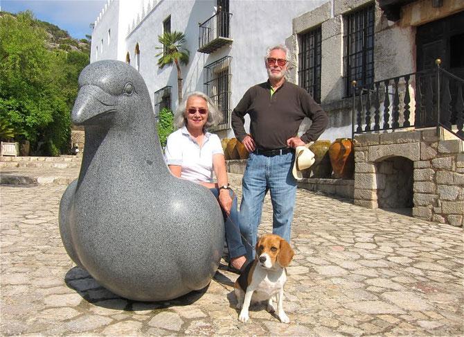 YANNICK et BEN JAKOBER avec le beagle SNOOPY devant leur FUNDACION aux Baléares.