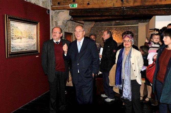 LE PRESIDENT Jacques ROCCA SERRA, SON EXCELLENCE Vladimir POZDNYAKOV, MADAME Colette BABOUCHIAN, élue représentant la COMMUNAUTE URBAINE M.P.M admirant le tableau de Guennadi GREBNIOV dit Victor ORLY, peintre invité.