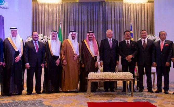 A la droite du  ROI S.EXC. KHALED AL  FALEH, MINISTRE DE L'ENERGIE, DE L'INDUSTRIE et DES  RESSOURCES MINIERES et PT. DU CONSEIL D'ADMINISTRATION DE  SAUDI ARAMCO