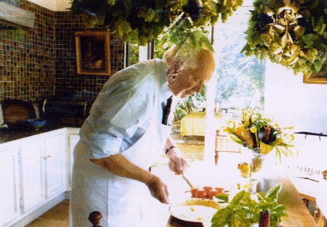 Jean-Paul GUERLAIN dans sa CUISINE PRIVEE préparant PIZZAS et TARTES.  Son Chef lui ayant fermé l'accès de la GRANDE CUISINE.