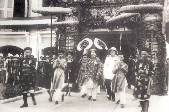 Début des années 1930. CEREMONIE OFFICIELLE AVEC L'EMPEREUR BAO DAI.