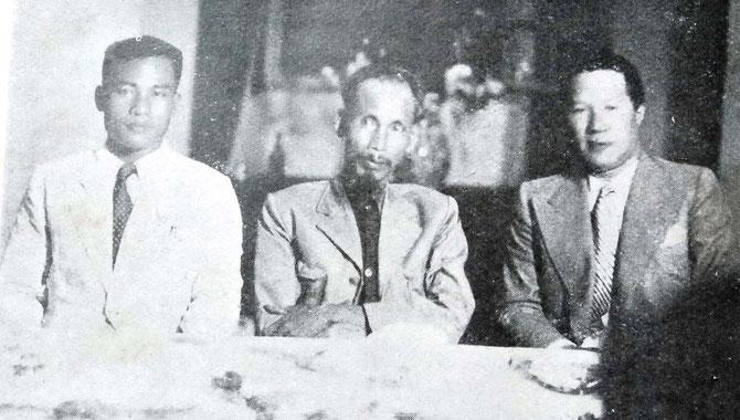 AOÛT 1945 . LE CITOYEN VINH THUY D'ANNAM ET HÔ CHI MINH. A GAUCHE LE PRINCE SOUPHANOUVONG DU LAOS