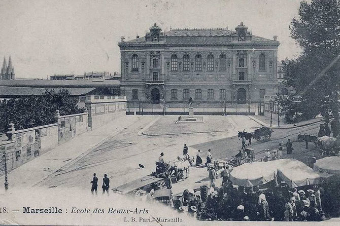 Circa 1910. LE PALAIS DES ARTS construit de 1864 à 1874,POUR INSTALLER L' ECOLE SUPERIEURE DES BEAUX-ARTS DE MARSEILLE.  L'Ecole déménage le 4 Mars 1969 à LUMINY  13009