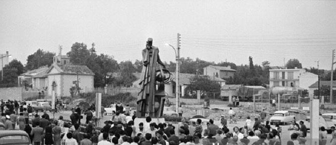 """6 JUILLET 1966. CARREFOUR DE L' ARCEAU, ALLEES DE CRAPONNE. INAUGURATION PAR LE MAIRE MR.JEAN FRANCOU DU """"PREMIER NOSTRADAMUS 1963"""" - OFFERT à LA VILLE PAR MR. LOUIS COTTIN  PROMOTEUR IMMOBILIER POUR LE 400è ANNIVERSAIRE DE LA MORT DE NOSTRADAMUS."""