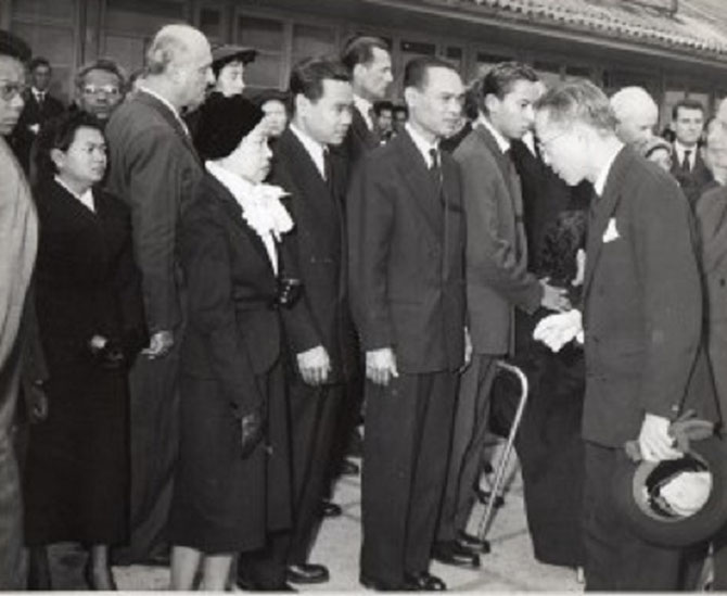 S.A.R LE PRINCE SISOWATH SIRIK MATAK AUX FUNERAILLES DE SON ONCLE LE PRINCE SISOWATH MONIPONG. SEPTEMBRE 1956.