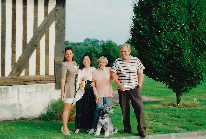 Dim. 5 Juillet 1998.  Anne de CAUMONT LA FORCE, Maguy. Goldie, Wado EMPAIN qui est enfin venu admirer la Chaumière de sa Maman Goldie.