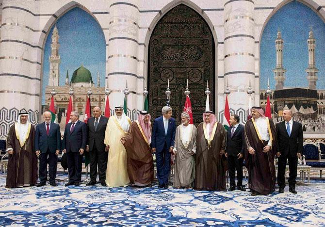 Djeddah.11 Septembre 2014. Coalition contre l'Etat islamique.Son Excellence Yusuf bin ALAWI et Son Altesse Royale le Prince Saud AL FAYSAl encadrent John KERRY