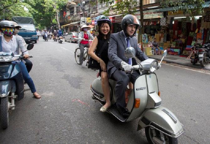 Sept. 2015 En VESPA pour aller déguster son Pho et Banh cuon au Marché. Peut-être croisera t-il Barack OBAMA. C*T.T /    VBN