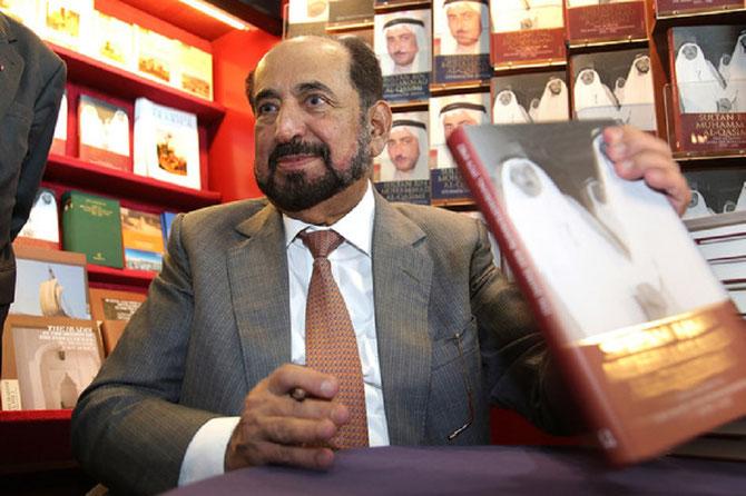 FOIRE DU LIVRE DE FRANCFORT . 9 OCT. 2013 S.A. DR. SULTAN AL-QASIMI SIGNE SES OUVRAGES.