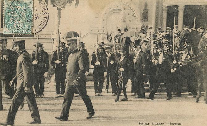 """1906. ANNEE DU CHEVAL DE FEU .  LE 6 MAI 1906 LE ROI EMBARQUE à PHNOM-PENH SUR LE PAQUEBOT """"AMIRAL-DE-KERSAINT"""". VIA CEYLAN, SINGAPOUR, LE CANAL DE SUEZ, IL ARRIVE à MARSEILLE AVEC SA SUITE  IMPRESSIONNANTE LE 10 JUIN 1906 POUR  L'EXPOSITION COLONIALE."""