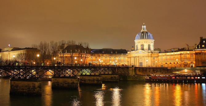 PARIS. LE PONT DES ARTS et LA COUPOLE DE L'INSTITUT DE FRANCE.