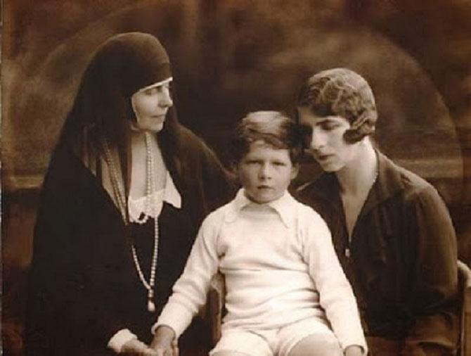 LE ROI MICHEL Ier MONTE à 5 ANS SUR LE TRÔNE DE ROUMANIE à LA MORT DE SON GRAND-PERE FERDINAND Ier (1865-1927) SOUS LA REGENCE du PATRIARCHE MIRON CRISTEA, du PRESIDENT DE LA COUR DE CASSATION GEORGHE BUZDUGAN er de SON ONCLE LE PRINCE NICOLAE.