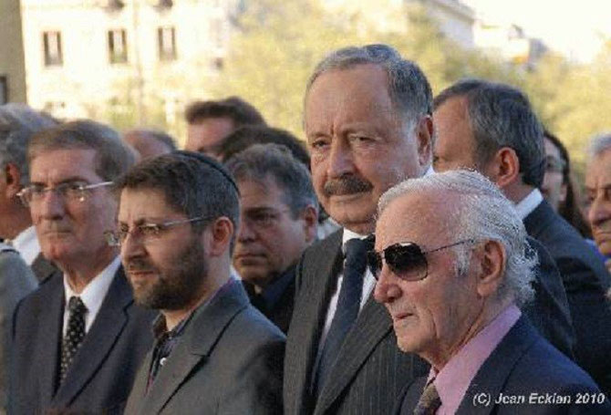 24 AVR.2010. GRANDE SYNAGOGUE DE LA VICTOIRE PARIS. LE GRAND RABBIN HAÏM KORSIA près d'ANTOINE BAGDIKIAN, A droite S.E. Mr VIGUEN TCHITETCHIAN, AMBASSADEUR EXTRAORDINAIRE ET PLENIPOTENTIAIRE et CHARLES AZNAVOUR. A LA MEMOIRE DES MARTYRS DE LA DEPORTATION.