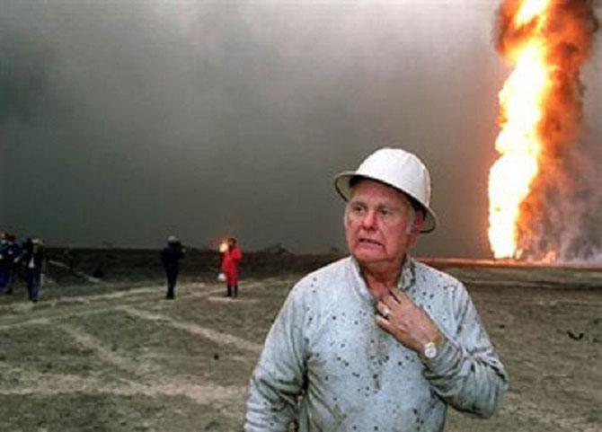 """PAUL """"RED"""" ADAIR et SON EQUIPE,  LES HELLFIGTERS -- LES COMBATTANTS DE L'ENFER -- QUI ONT ETEINT 117 PUITS AU KOWEÏT."""