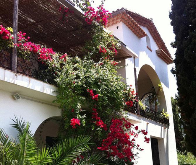 La Villa SANTO SOSPIR dans la splendeur des bougainvillées en fleurs au coeur de l'été.