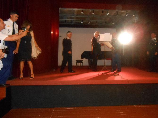 SOUS LES FEUX  DE LA RAMPE, LE GENERAL GALTIER et LE CONSUL GENERAL MAZZA entre le GENERAL RICCARDO AMATO (gauche) et le GENERAL  PAOLO CARRA  (droite) .  Extrême gauche : L'ADJUDANT-CHEF Laurent MONIN et Miss Elena PROTASI