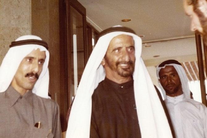 10 FEVRIER 1979. INAUGURATION DU METROPOLITAN HOTEL . KHALAF AL HABTOOR et S.A. L'EMIR RACHID II AL MAKTOUM, D'HUMEUR JOYEUSE....!