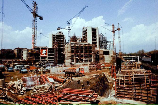 LA NDK. CONSTRUCTION DE 1978 à 1981 POUR COMMEMORER LES 1.300 ANS DE L'ETAT BULGARE 10.000 TONNES D'ACIER (PLUS QUE LA TOUR EIFFEL),123.000m2, 8 ETAGES, 3 SOUS-SOL