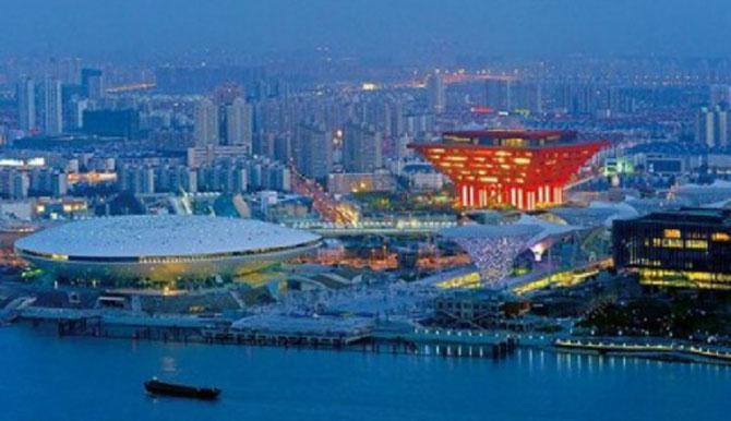 SHANGHAI. EXPOSITION UNIVERSELLE 2010. AU CENTRE EN ROUGE LE PAVILLON DE CHINE.