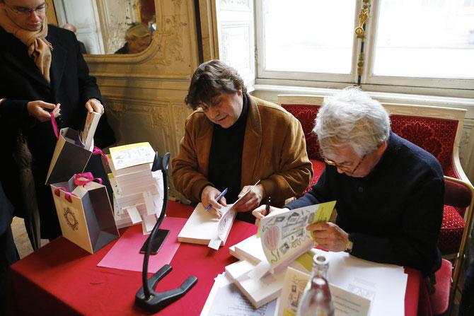 DEDICACE par Franck MAUBERT et Pierre LE-TAN  SOUS L'OEIL DES FANS et  FINS  GOURMETS.
