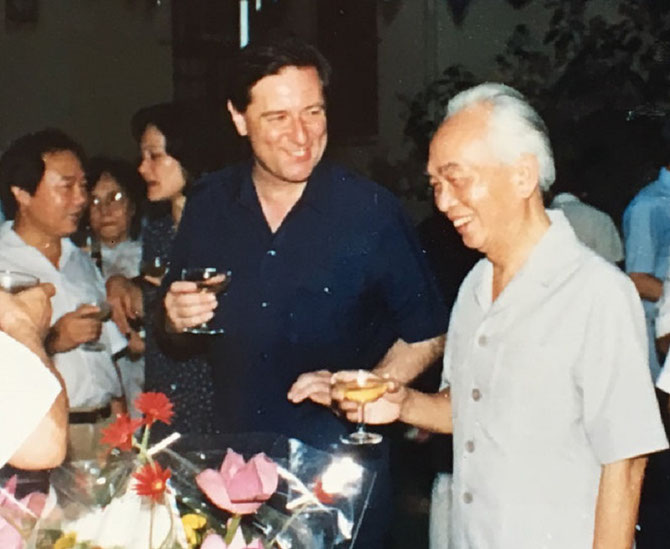 HANOI. AMBASSADE de FRANCE 14 JUILLET 1989. BICENTENAIRE DE LA REVOLUTION FRANCAISE.... L' Ambassadeur Claude BLANCHEMAISON trinque avec le Général GIAP, dégustant fromage et saucisson.