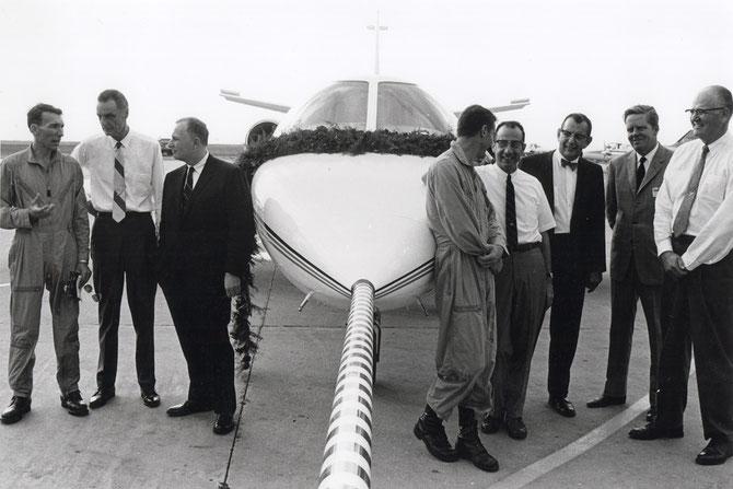1968. PREMIER VOL DU CITATION 500 JET D'AFFAIRES. APRES SON 1er VOL L'AVION EST ORNE D''UNE GUIRLANDE DE ROSES. g. à dte. Milt SINS, Dwane WALLACE, James TAYLOR, Jim LE SUEUR, Max BLECK, Bob LAIR, Thor STEVENSON, Del ROSKO Pt de CESSNA,
