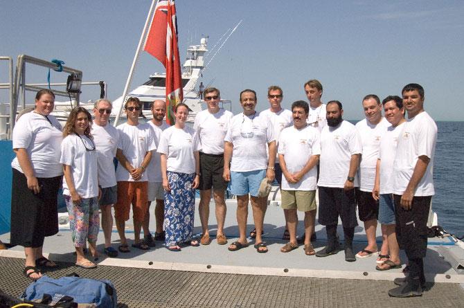 10 Mai 2006. MER ROUGE. FARASAN ISLAND. A bord de GOLDEN SHADOW S.A.R. Pce KHALED BIN SULTAN et Captain PHIL RENAUD entourés de l'équipe de recherches. Arrière plan GOLDEN ODYSSEY