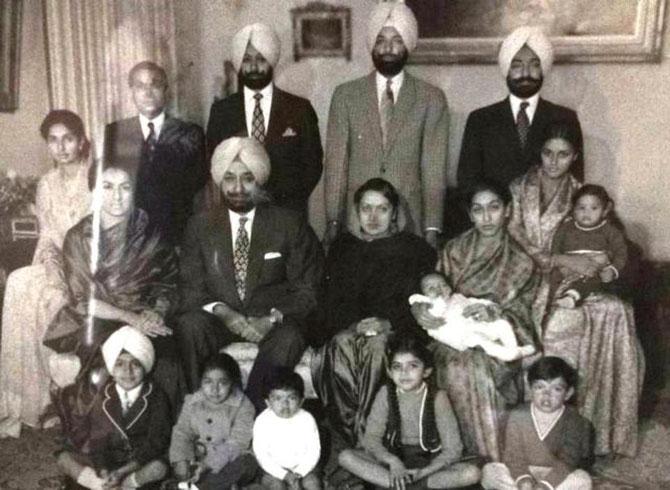 Printemps 1974 peu  avant la mort de S.A.R. Sir YADAVINDRA SINGH Tous les enfants sont mariés et réunis ainsi que  les 7 petits-enfants....C*. S.A. Maharani Preneet Kaur