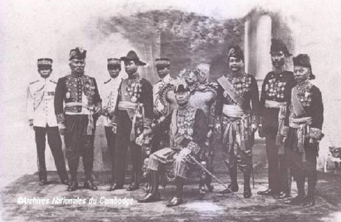 1921. g à dte. Oknha Kralehom SON DIEP,(1855+1934, Chef du Secrétariat du Roi), S.A.R  MONIVONG, S.M. LE ROI, Chaufea Veang THIOUNN,(1864+1946, Min.   Palais,  Finances et  Beaux-Arts), O. Châkrey PONN Min.,Guerre, O. Youmréach CHHUN Min. Justice.