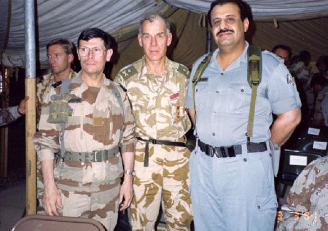 1991. GUERRE DU GOLFE. g. à dte. Général Michel ROQUEJEOFFRE, Sir Peter de la BILLI.ERE,   ........S.A.R Khaled bin SULTAN, le GUERRIER DU DESERT Chef du Commandement Unifié depuis le 9 Août.