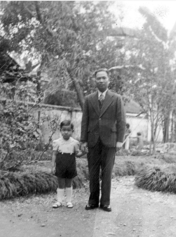 ..... PUIS ME TENANT PAR LA MAIN, AU MILIEU DE L'IMMENSE JARDIN QUI SERVAIT DE LIEU DE JEUX  POUR NOUS QUATRE. Circa 1941
