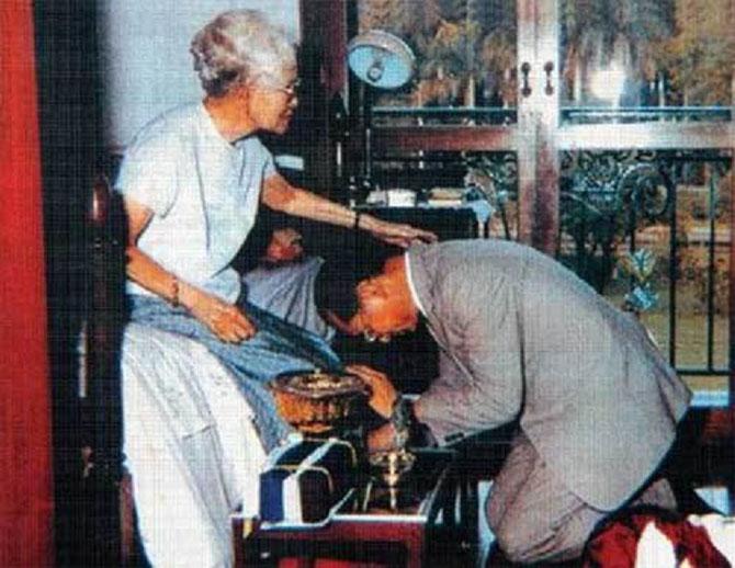 Sa Majesté le Roi BHUMIBOL rend hommage à Son Altesse Royale la Princesse Mère SRINAGARINDRA,