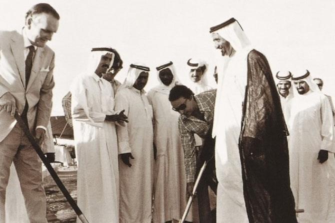 ANNEES 70 . POSE DE LA  PREMIERE PIERRE DU DUBAI PETROLEUM COMPLEX EN PRESENCE DE S.A L'EMIR RACHID II
