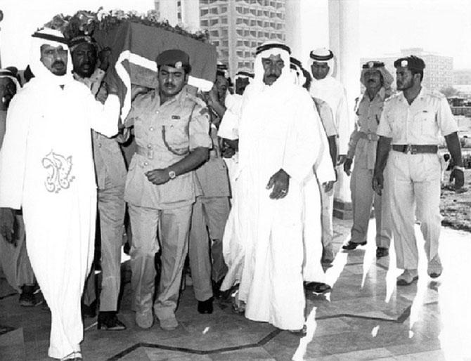 ABU DHABI. 25 Oct. 1977.  Obsèques du Ministre d'Etat des A. E. des EAU, S.Exc. Saif Saeed GHOBASH... C* HUSSEIN AL-BADI