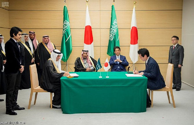 SIGNATURE DES MEMORANDI par LE PRINCE DR. TURKI BIN SAUD BIN MOHAMMES, PT. DE KING ABDULLAH CITY FOR SCIENCE AND TECHNOLOGY et par LE MINISTRE DE L'ECONOMIE, DU COMMERCE er DE L'INDUSTRIE HIROSHIGE SEKÔ