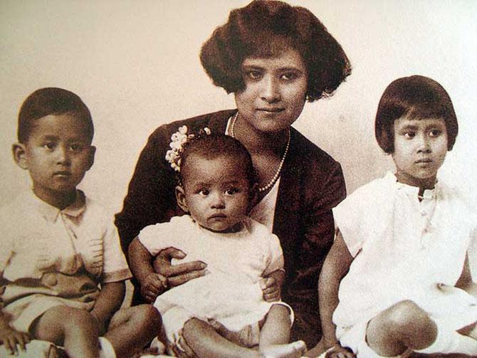 1928 . La Princesse SRINAGARINDRA de SONGKLA tient sur ses genoux le futur roi BHUMIBOL, à g. le futur roi ANANDA MAHIDA et à dte. le princesse  GALYANI VADHANA.