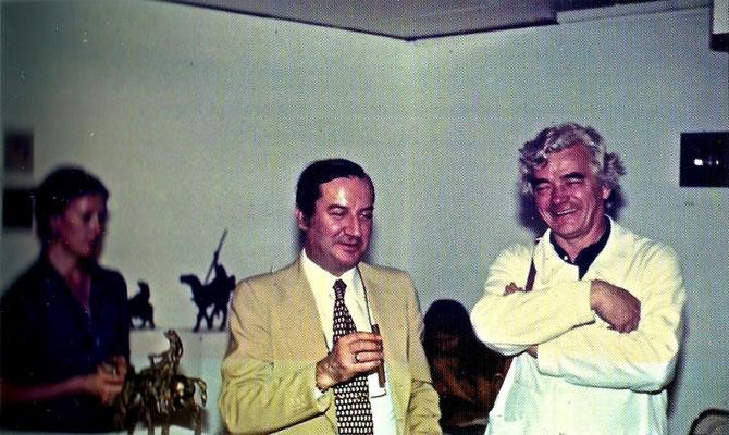 1977. FOIRE ART CONTEMPORAIN BÂLE AVEC TIZIANA (BELLE-SOEUR DE GIANPAOLO VENTURI) ET MIGUEL BERROCAL. Photo B. MUNTANER. ICI  BERROCAL HEUREUX  JEUNE PAPA D'UN PETIT CARLOS MIGUEL né EN 1976. BELTRAO JOSE NAÎTRA  EN 1978.