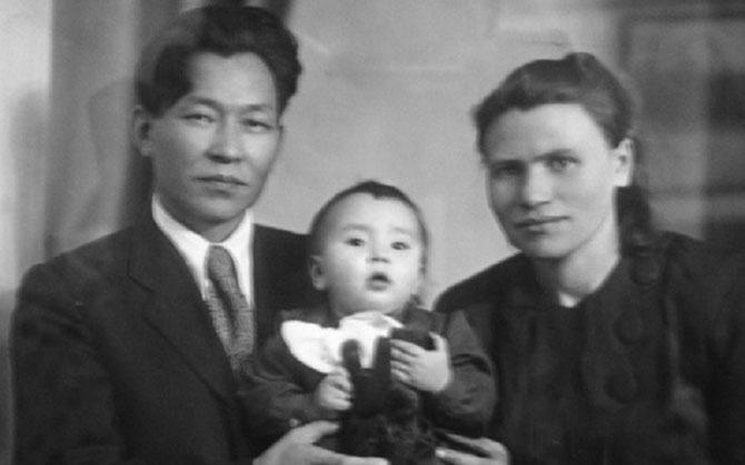 1953. LES PARENTS DE SERGUEÏ : KHUZUGET ET ALEXANDRA SHOYGU AVEC LEUR AÎNEE LARISA