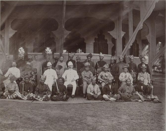 1903.  2è gauche : Tuanku MUHAMMAD et les ADMINISTRATEURS BRITANNIQUES.