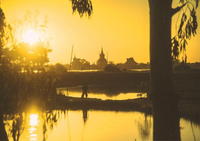 """OUDONG (en sanscrit """"suprême"""") NECROPOLE ROYALE SUR LA COLLINE. 40km. au nord de Phnom-Penh sur la rive occidentale du Tonlé Sap. Ancienne capitale où fut signé en 1863 le Traité du Protectorat français entre le Roi Norodom Ier et l'Amiral de la Grandière"""